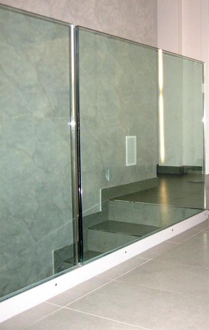 Parapetto in vetro strutturale con profilo in piatto smontabile verniciato a polvere