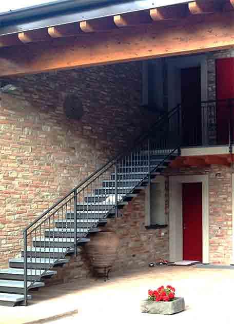 Scala a sbalzo con gradini in pietra